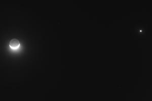 Попелясте світло Місяця та Венера у вечірньому небі