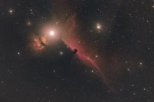 Зоря Альнітак та туманності навколо